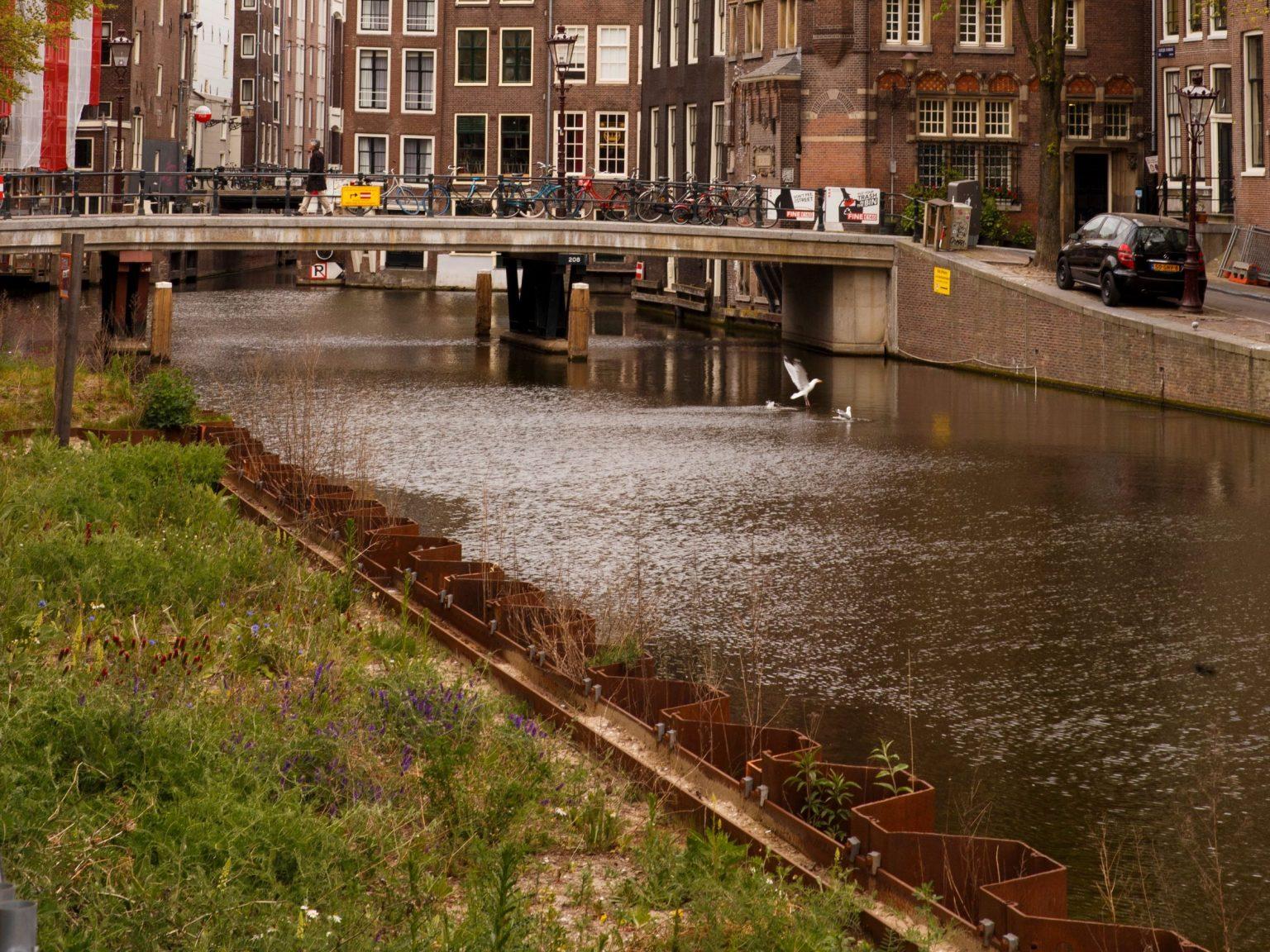 Green Light District - Green Light District verzakte kademuur Amsterdam